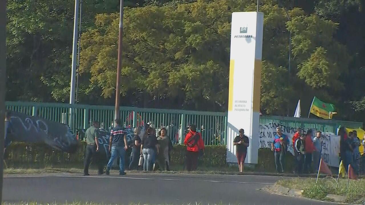 Manifestantes e policiais entram em confronto na entrada da Refap, em Canoas