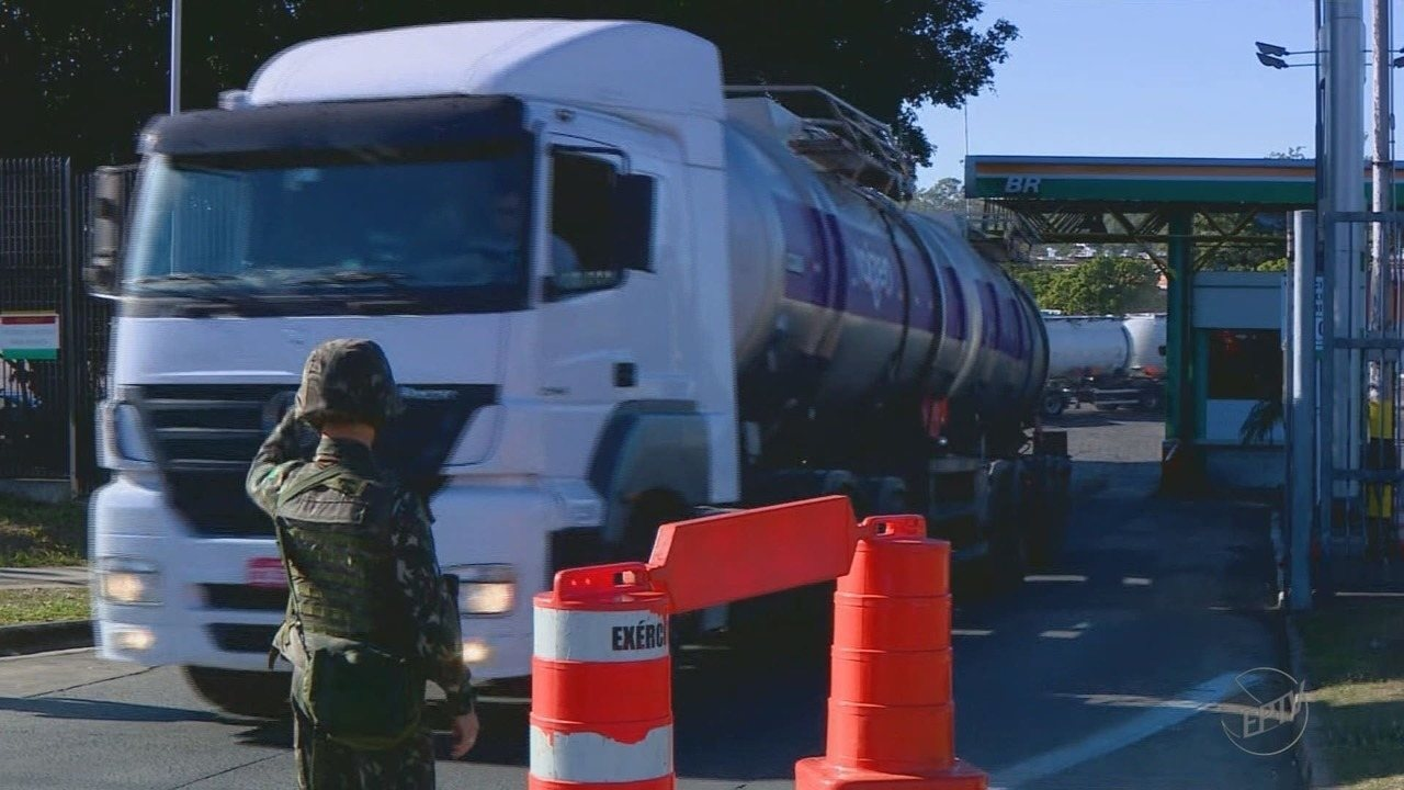 Caminhões de gás e combustíveis são escoltados na saída da Replan em Paulínia, SP
