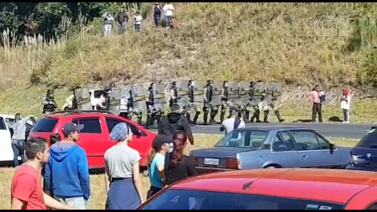 Pelotão de Choque dispersa manifestantes durante protesto na PR-151, em Castro
