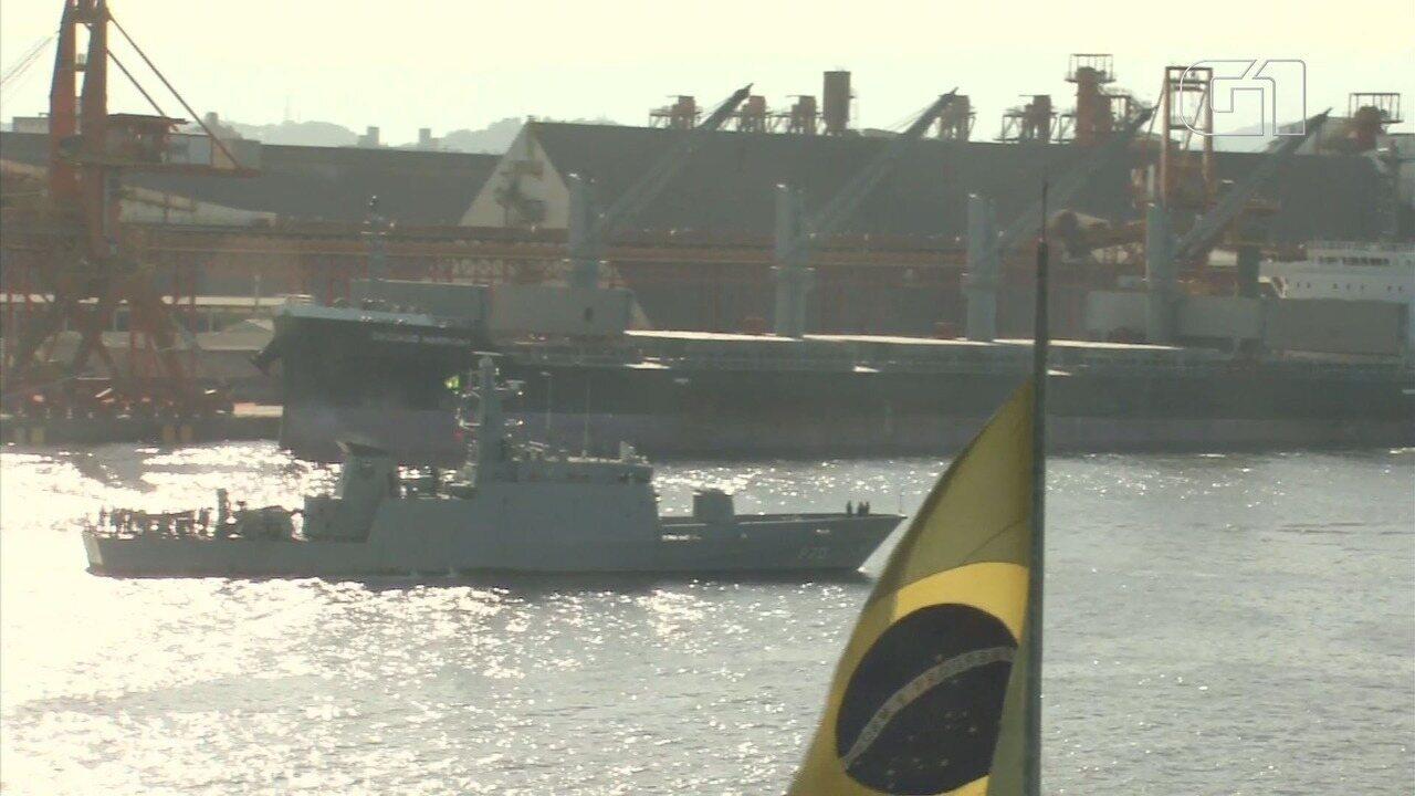 Forças de segurança fazem patrulhamento no canal de navegação do Porto de Santos, SP
