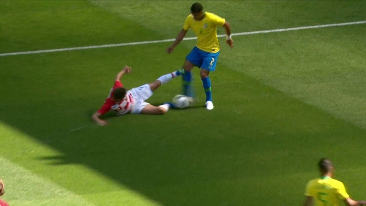Kramaric entra no joelho de Thiago Silva, que fica caído aos 12 do 1º tempo