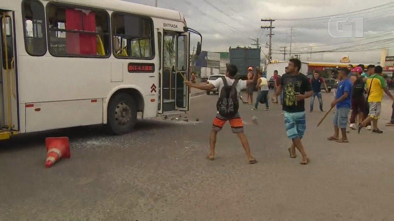 Vândalos jogam pedras em ônibus em Manaus