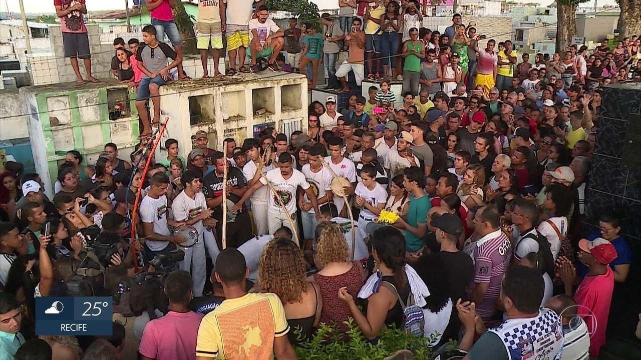 Jovem atacado por tubarão é sepultado sob forte comoção no Grande Recife