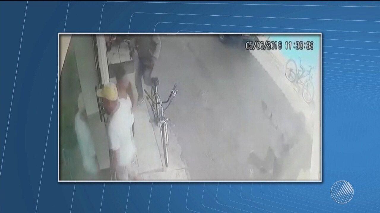 Bandidos assaltam mercado e causam pânico em Arraial D'Ajuda, distrito de Porto Seguro