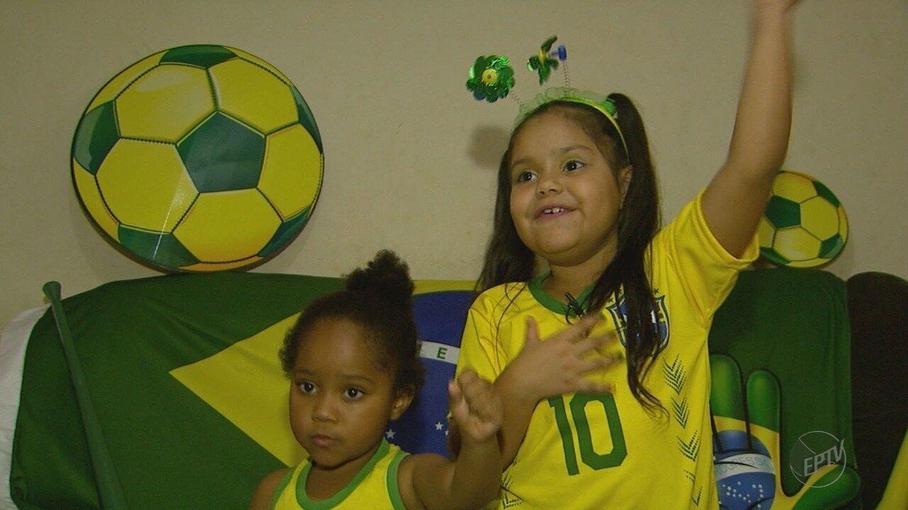 Crianças cantam Hino Nacional na torcida para o Brasil na Copa do Mundo
