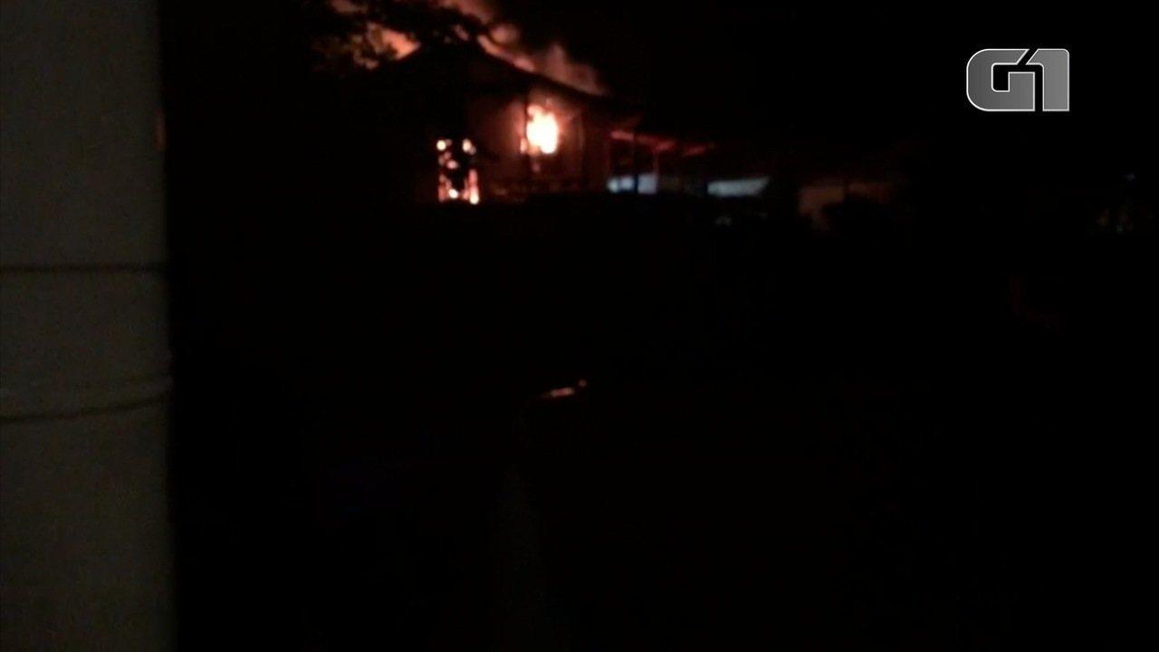 Idoso morre carbonizado em incêndio no Saco da Ribeira em Ubatuba, SP