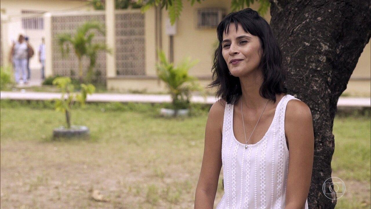 Flávia Costa fala sobre seu trabalho como professora de artes em uma escola municipal