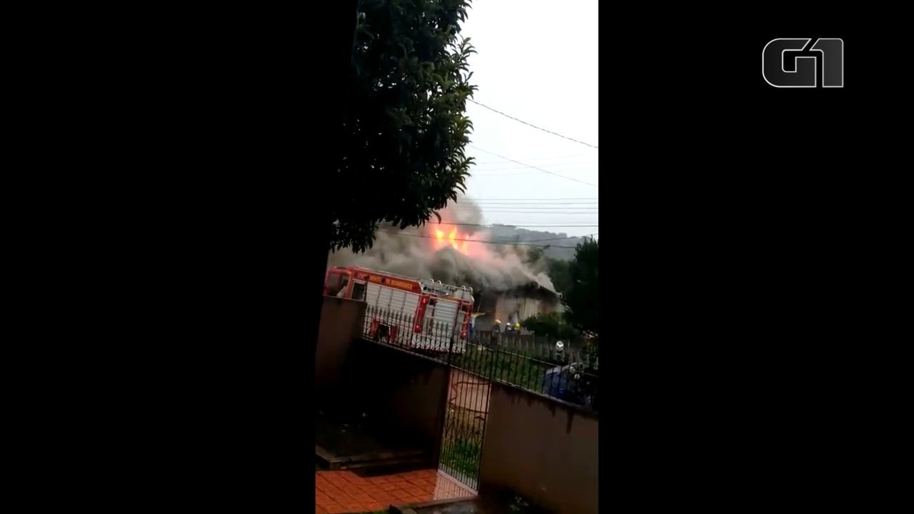 Incêndio destrói casa no Jardim Carvalho, em Ponta Grossa