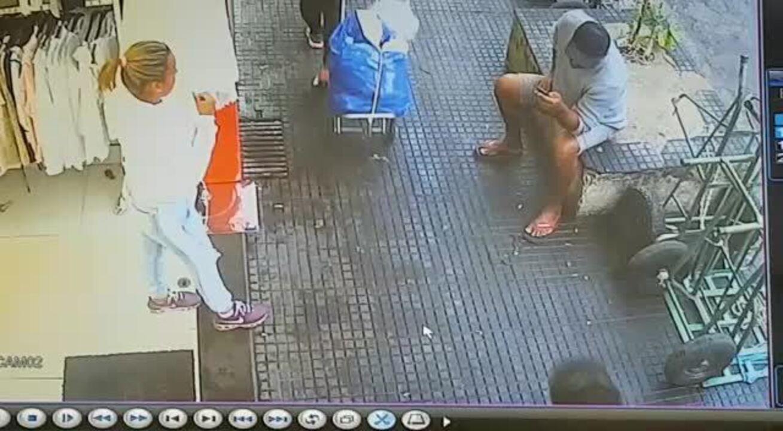Vídeo mostra que lojista quase foi atingida por carro que invadiu calçada