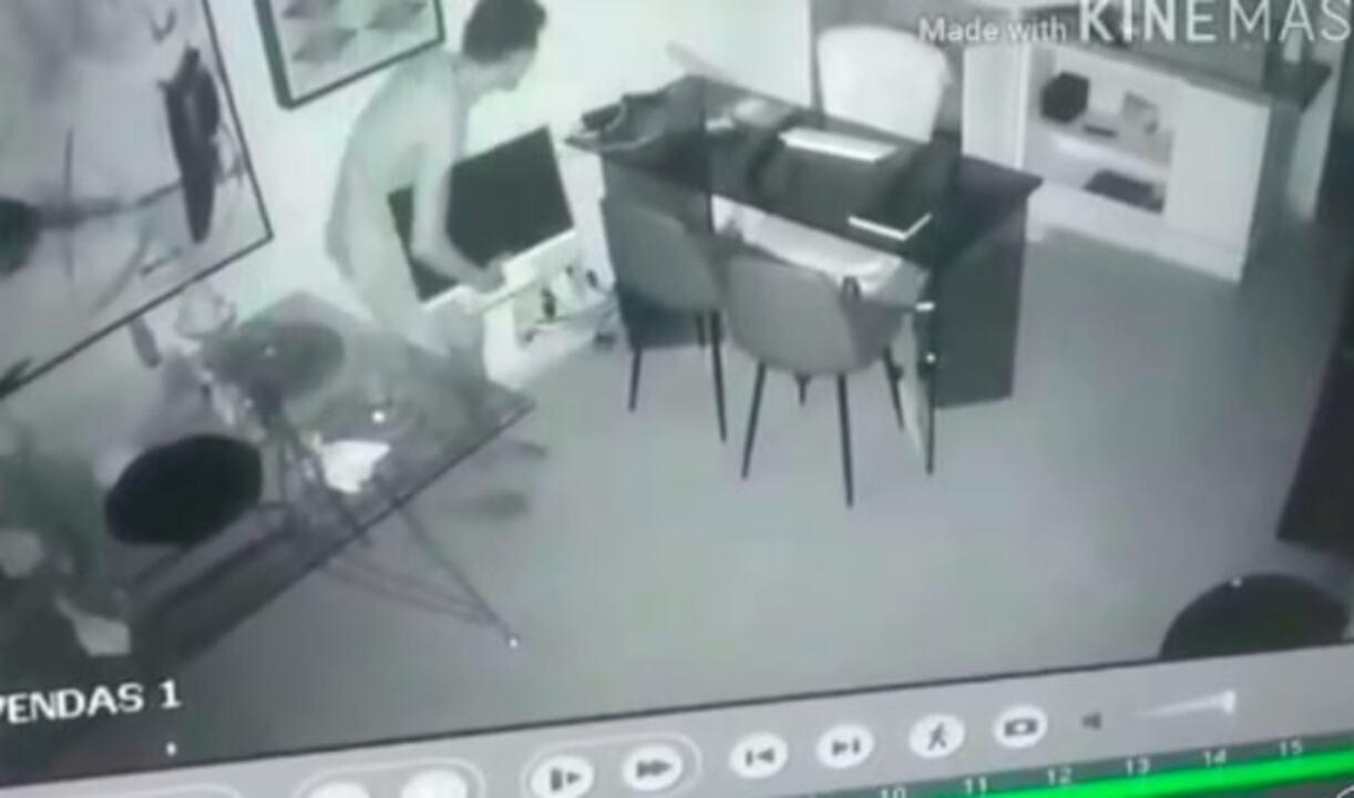 Homem invade loja ao lado de delegacia para assaltar durante a noite em Campos, no RJ