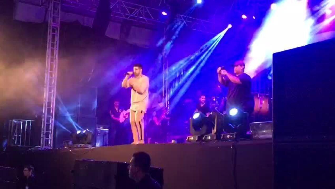 Dilsinho canta