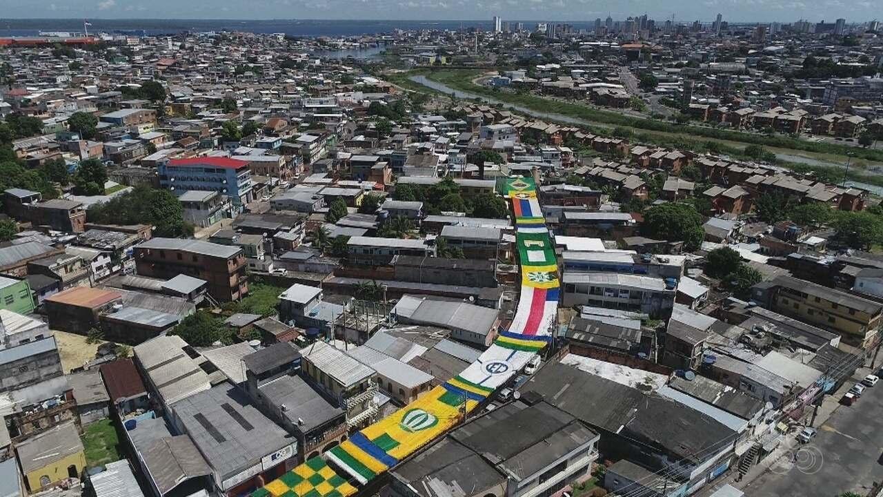 Rua no Morro da Liberdade é decorada para Copa do Mundo