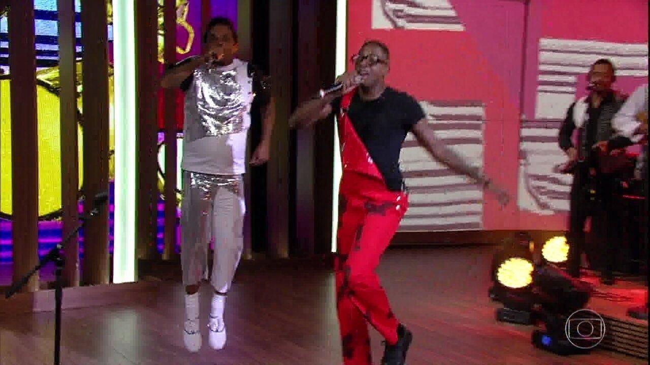 Mumuzinho e Marcelo Marrom encerram o programa cantando juntos