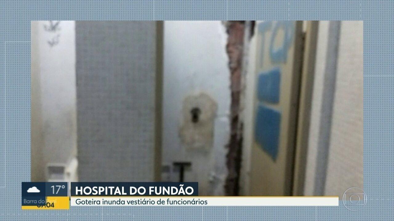 Goteira inunda vestiário de funcionários no Hospital do Fundão