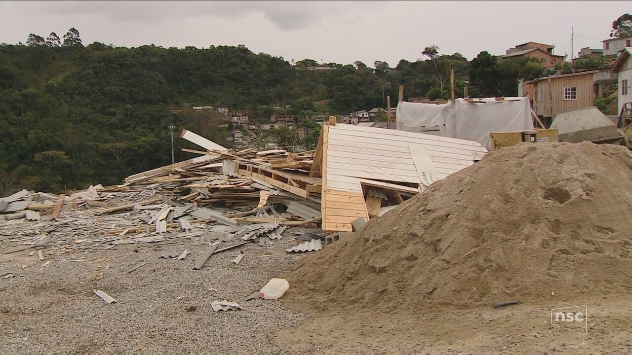 Moradores do Saco dos Limões protestam pela derrubada de casas na região