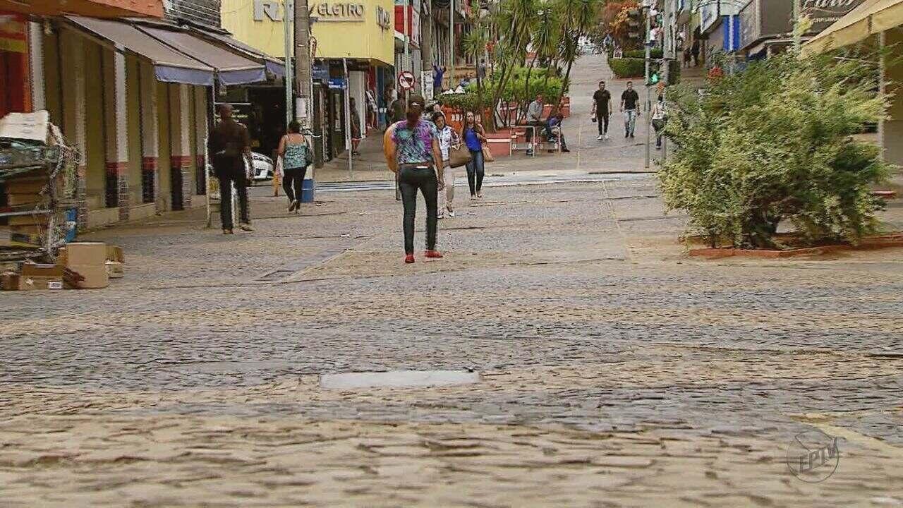 Abertura de calçadão para carros gera polêmica em São Carlos, SP