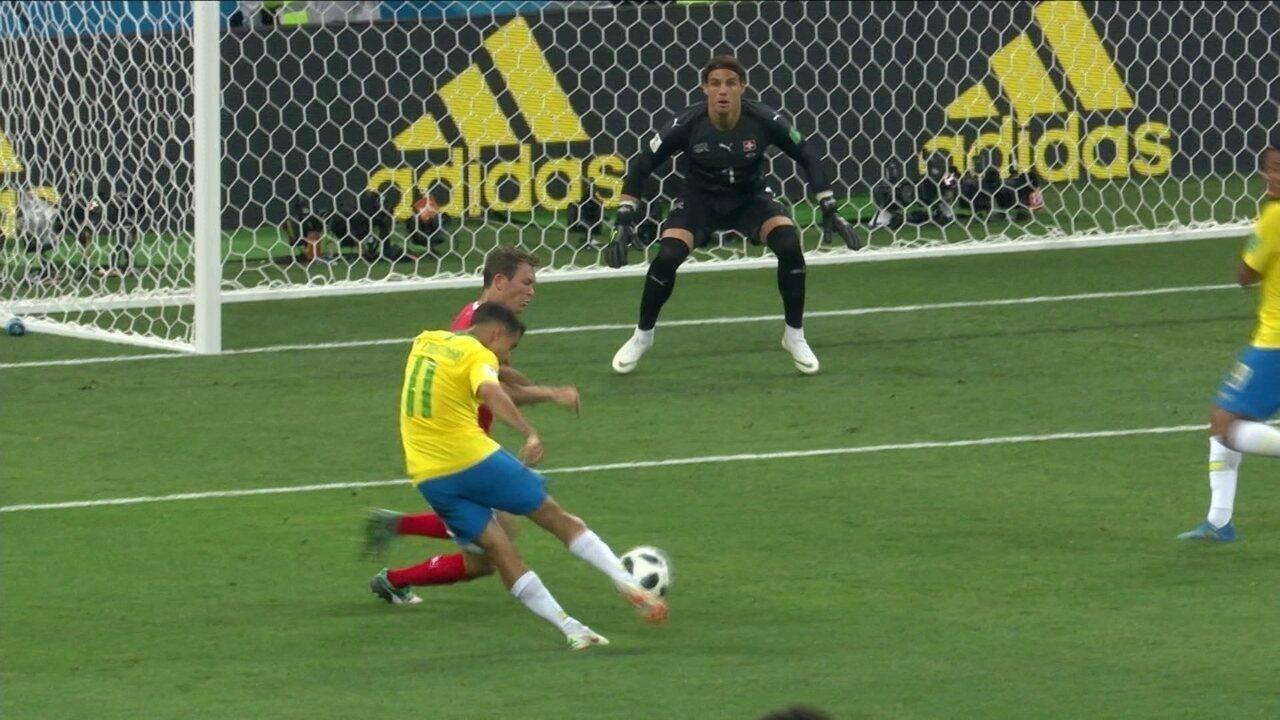 Quase! Philippe Coutinho domina no peito, mas chuta para fora aos 23 do 2º tempo