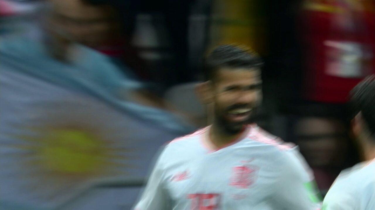 Gol da Espanha! Iniesta rola para Diego Costa que divide com zaga e bola entra aos 8do 2º