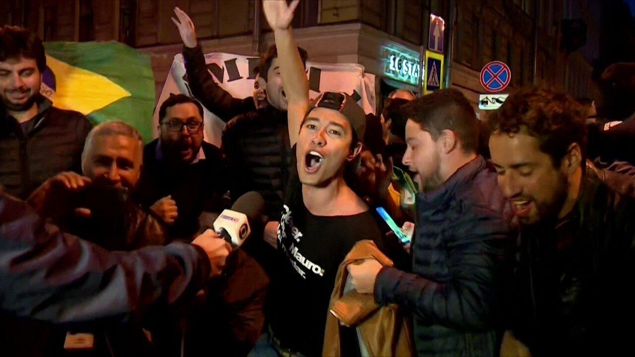 Torcida brasileira faz a festa na porta do hotel da Seleção em São Petersburgo