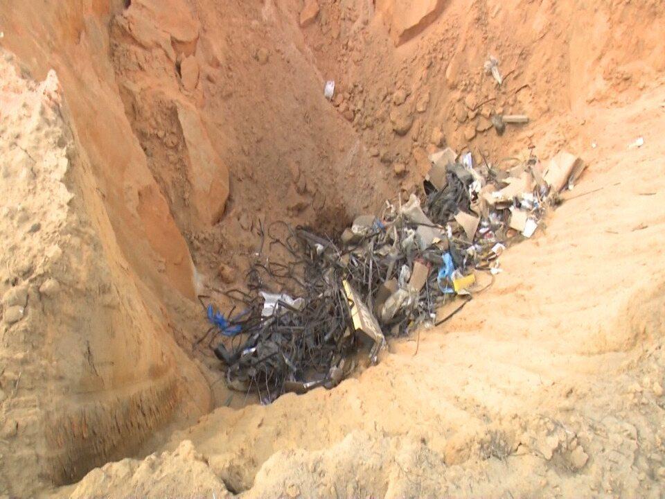 Moradores reclamam de lixo descartado pela prefeitura de Cruzeiro próximo de igarapé