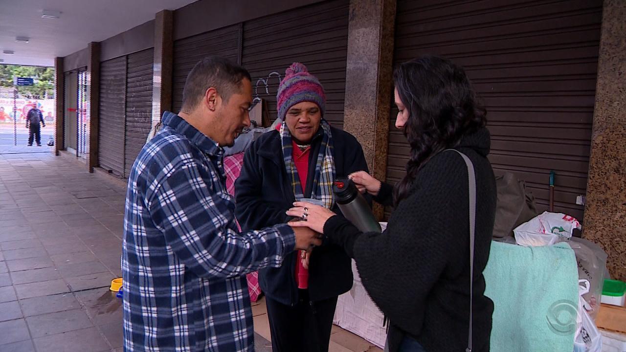 Vizinhança de Porto Alegre se reúne e aluga casa para casal que vive na rua