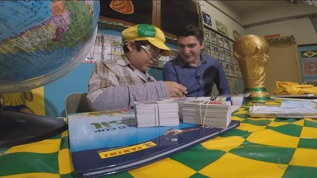 Pessoas se unem para presentear o menino que desenhou figurinhas e álbum da Copa do Mundo