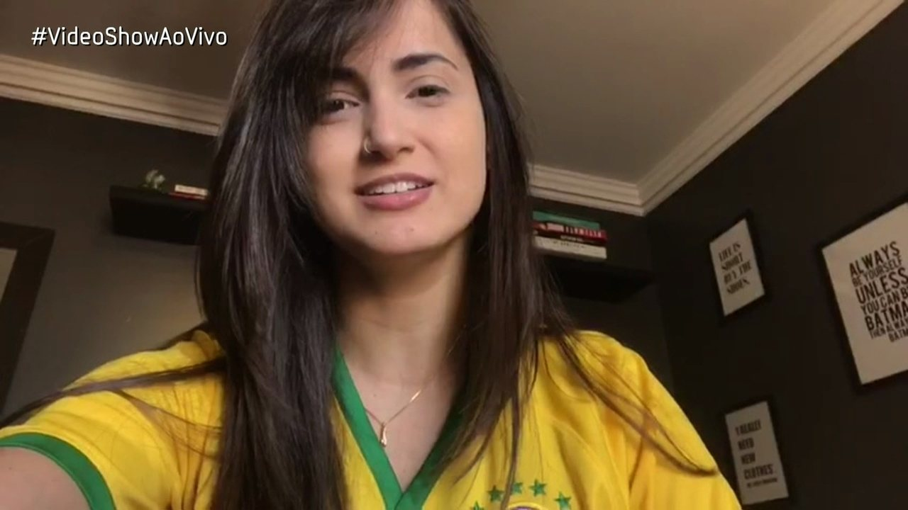 Mari Palma mostra suas camisetas de futebol