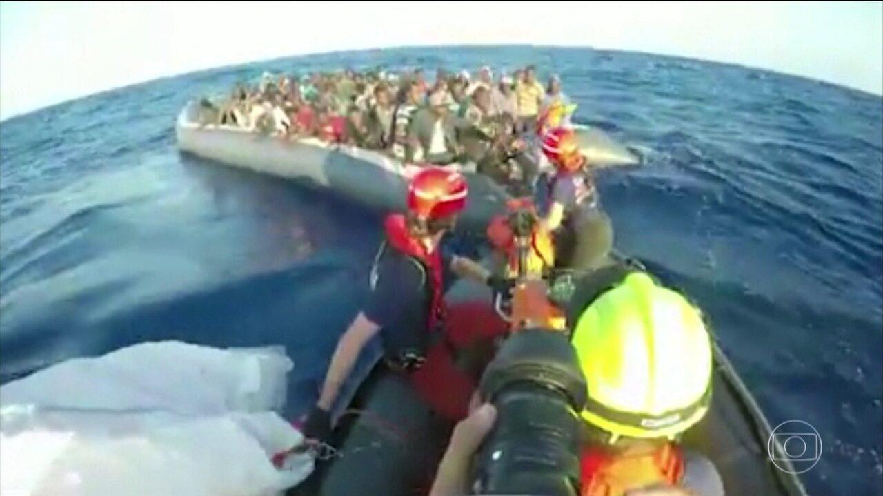 Itália recua e recebe imigrantes que foram resgatados no mar