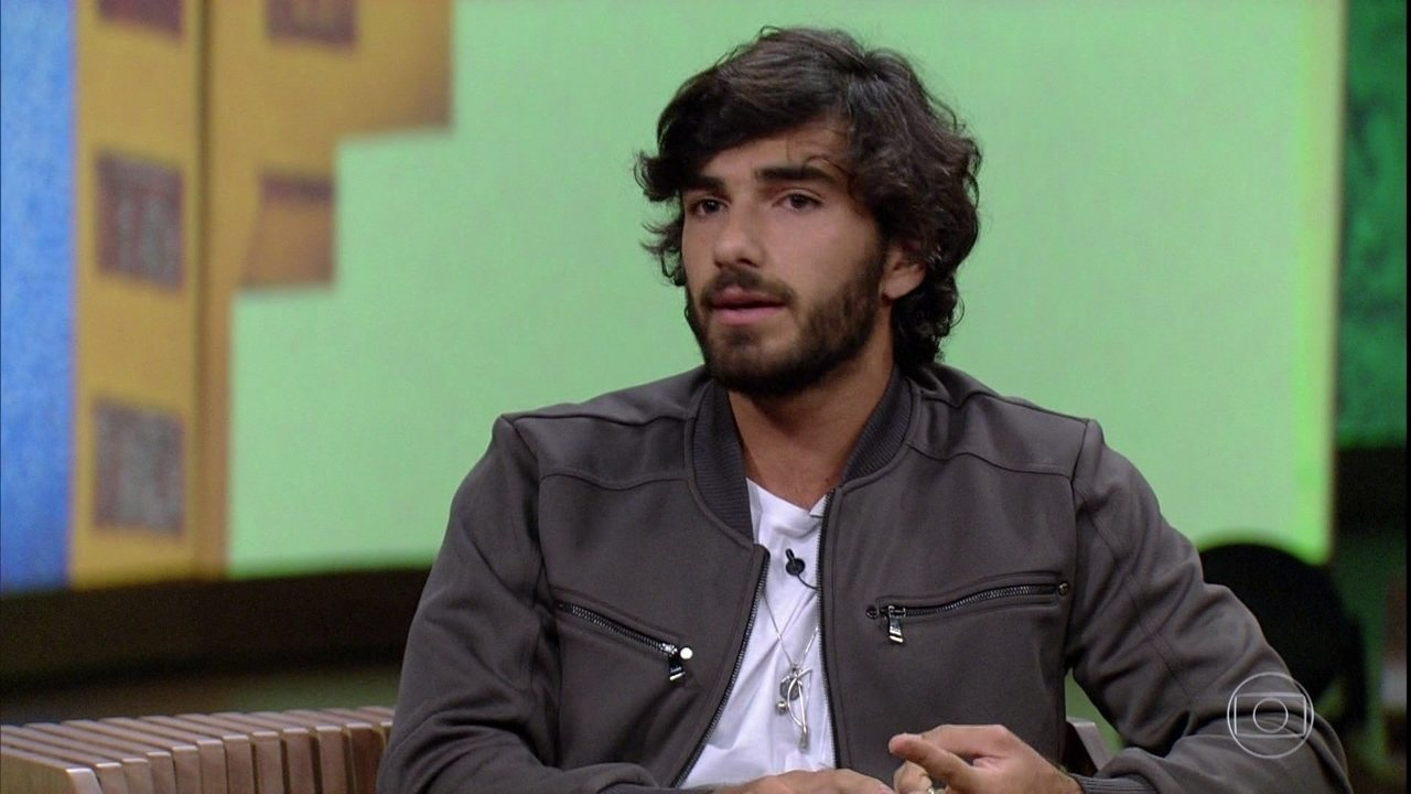 Hugo Moura fala sobre o peso de se firmar como ator por ser o marido de Deborah Secco
