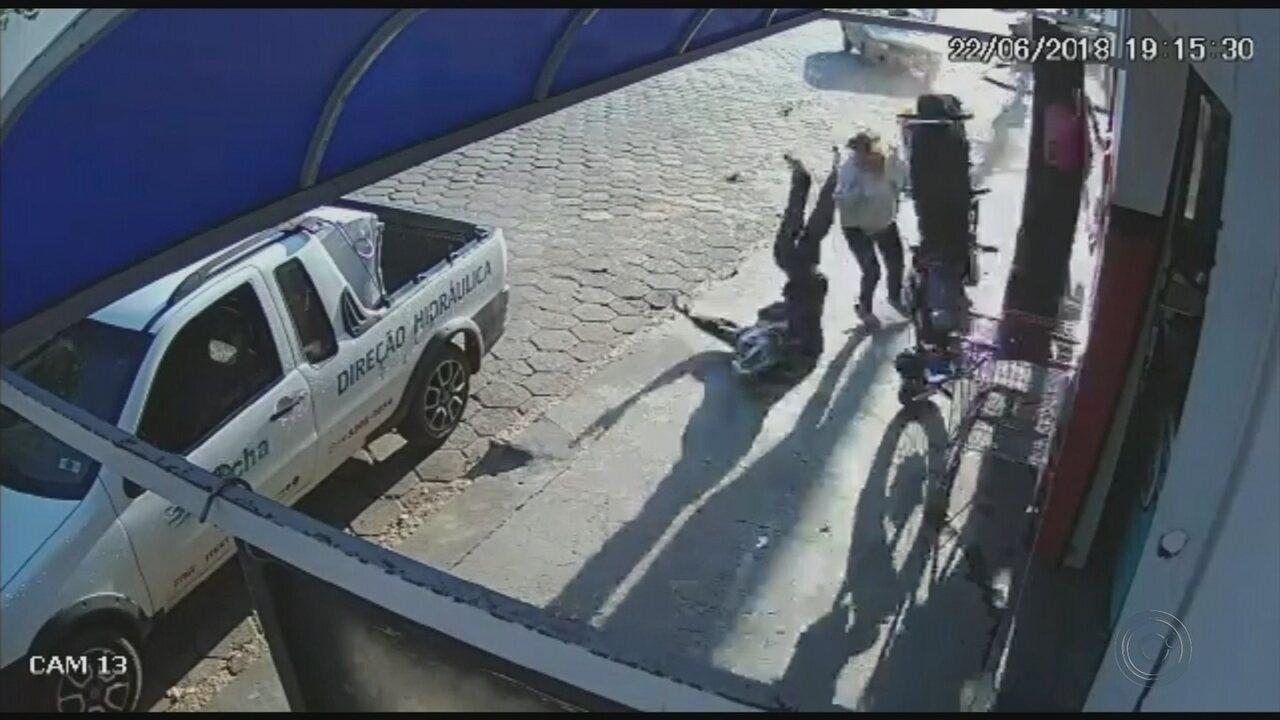 Mulher escapa por pouco de ser atingida por moto e motociclista em Tatuí
