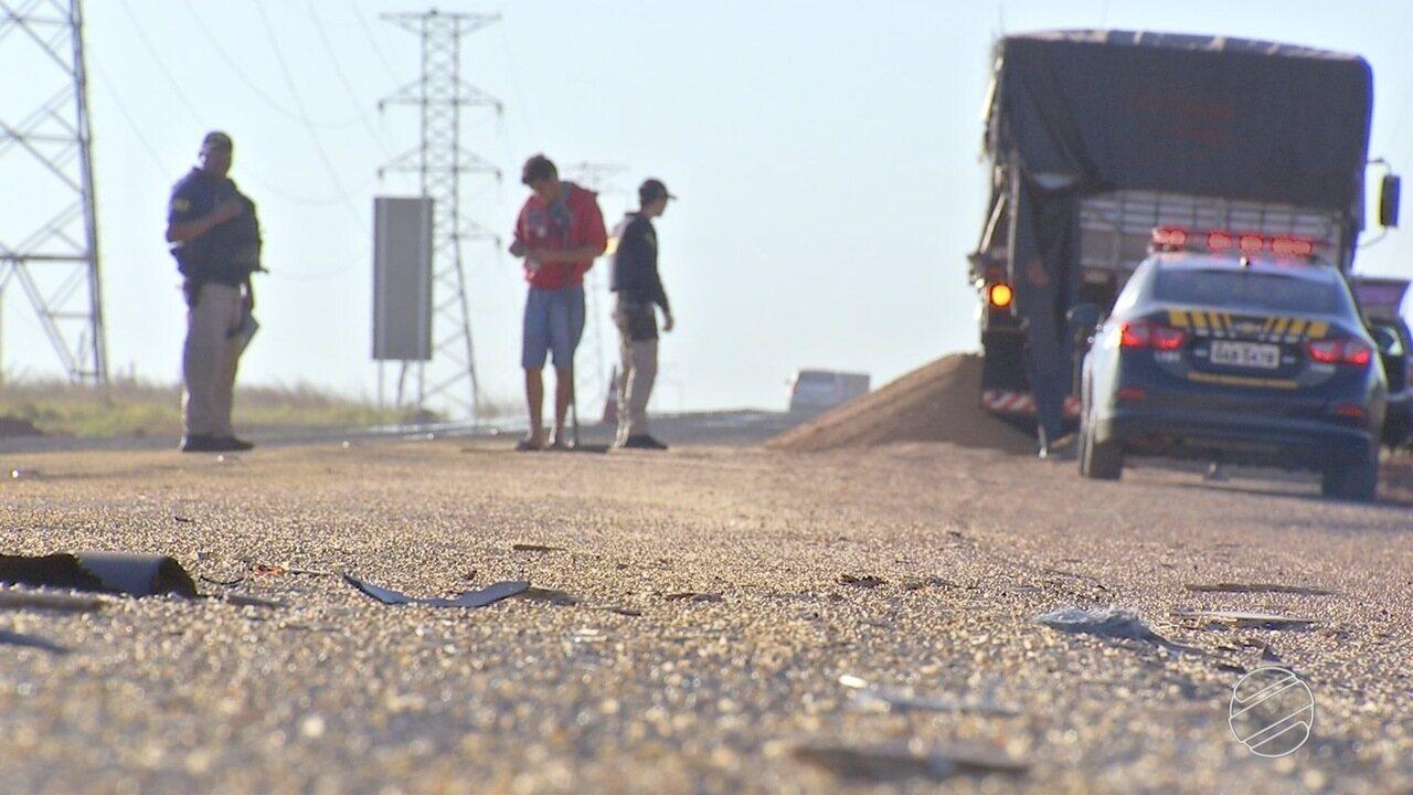 Caminhões batem e carga de soja fica espalhada em rodovia de MS