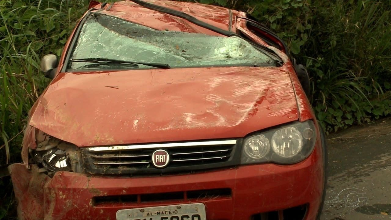 Carro capota e deixa feridos, na BR-101, em Flexeiras