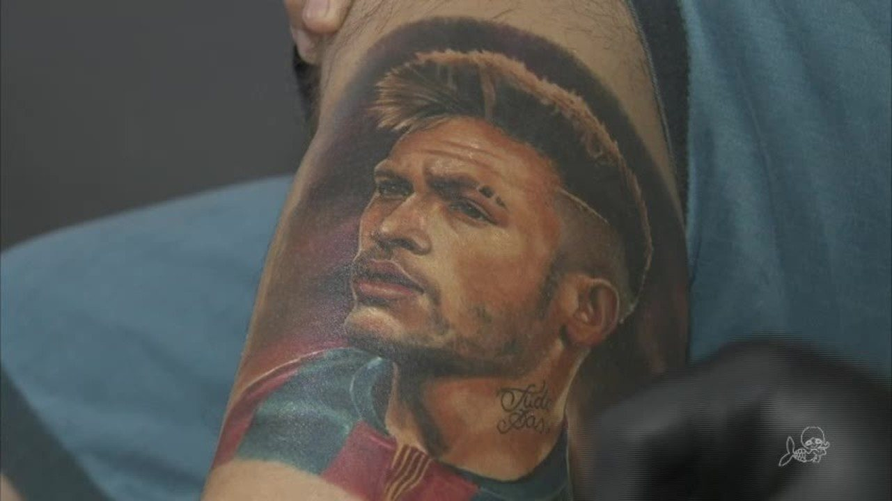Homem tatua rosto do Neymar na perna