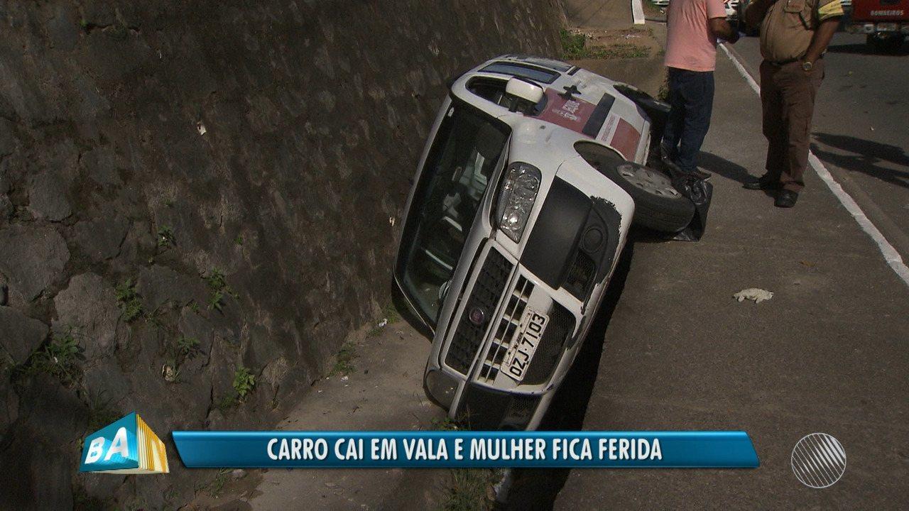 Mulher fica ferida após carro cair em vala no Vale do Ongunjá