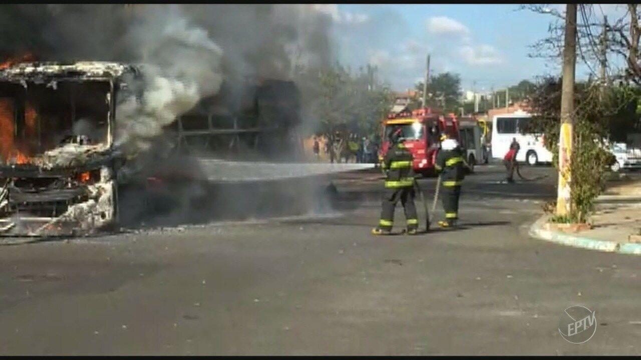 Ônibus escolar pega fogo em praça no Jardim da Paz em Americana