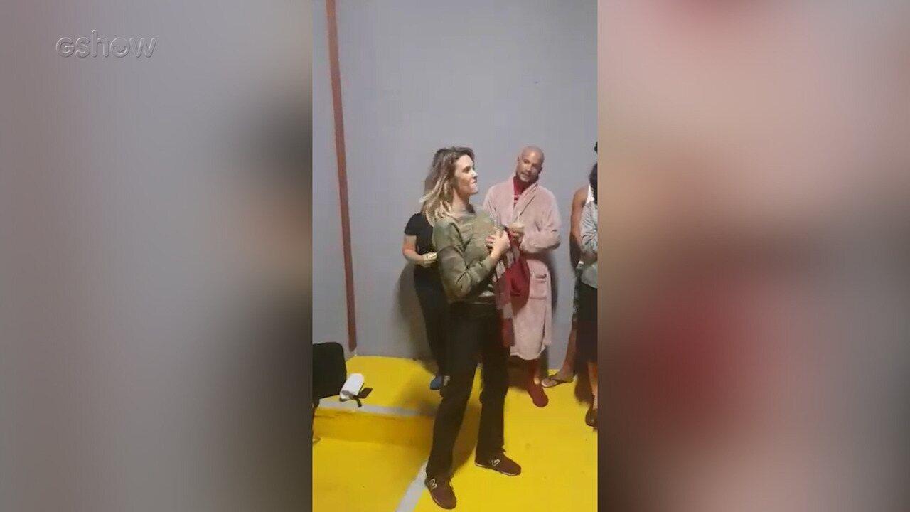 Fernanda Lima ganha festa surpresa da produção