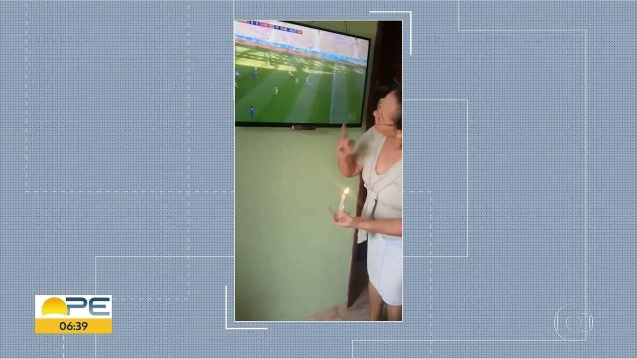 Conheça a vovó da sorte, mulher que acendeu uma vela antes do gol do Brasil e ficou famosa