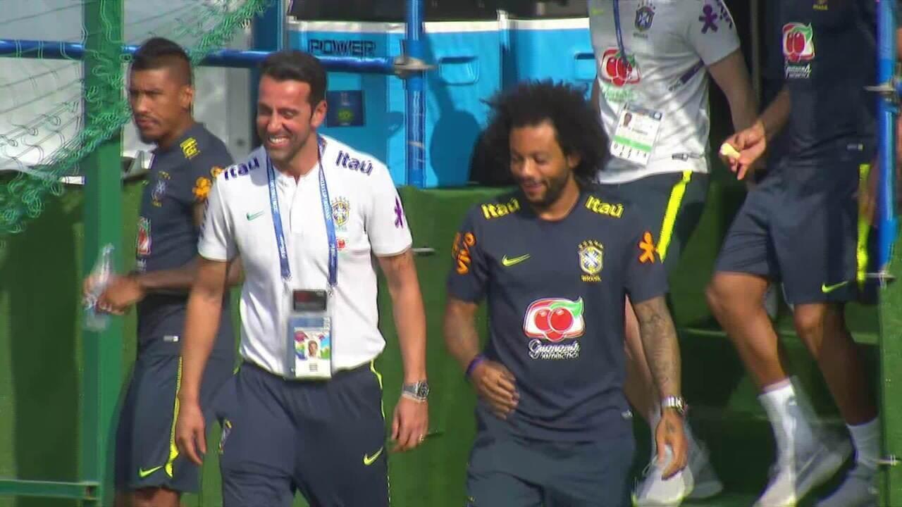 d19e8437eece4 Marcelo aparece de chinelo no treino da Seleção