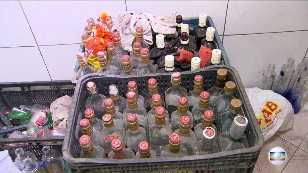 Polícia prende milicianos acusados de adulterar bebidas alcoólicas no RJ