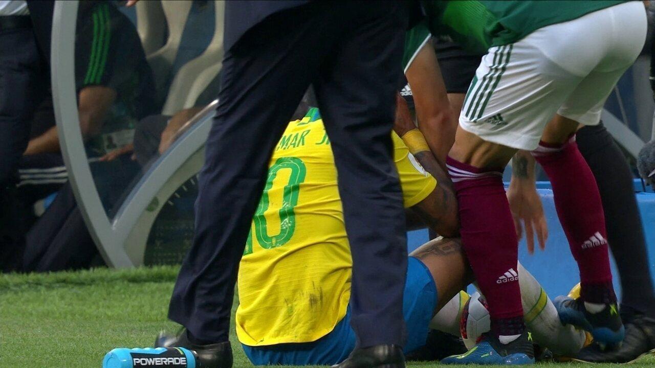 Neymar leva pisão fora de campo de Layún e árbitro ignora a agressão, aos 26' do 2ºT