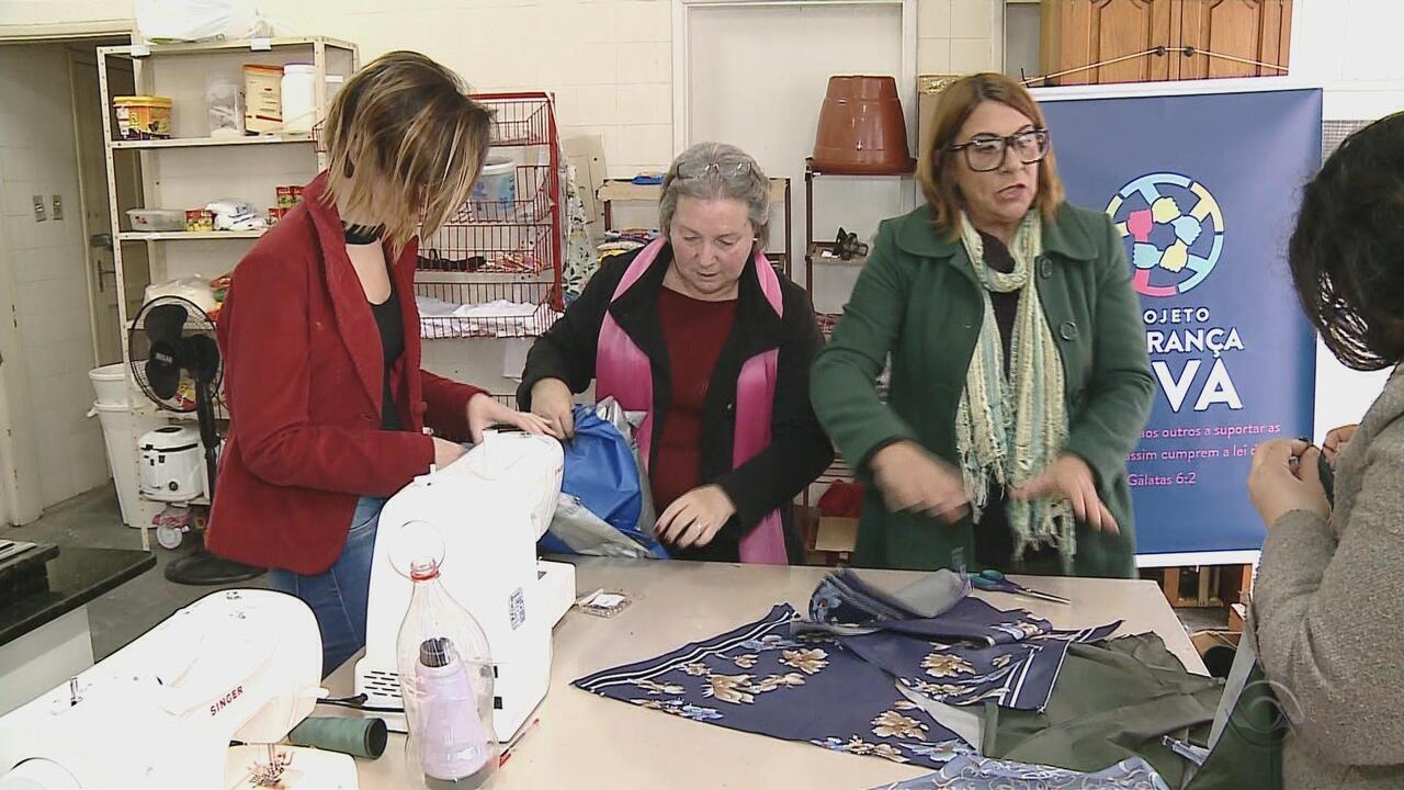 Costureiras transformam tecidos de guardas-chuvas em sacos de dormir para moradores de rua