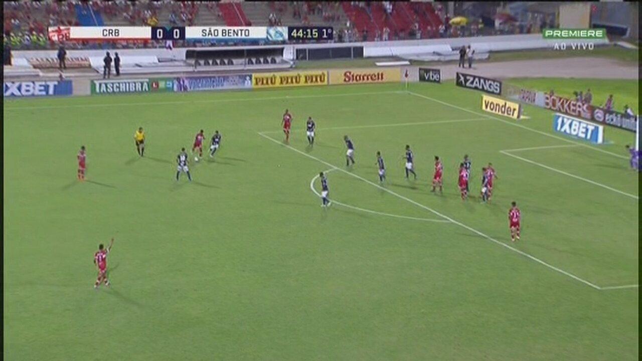 De perna direita, Rafael Carioca arrisca e manda muito longe do gol