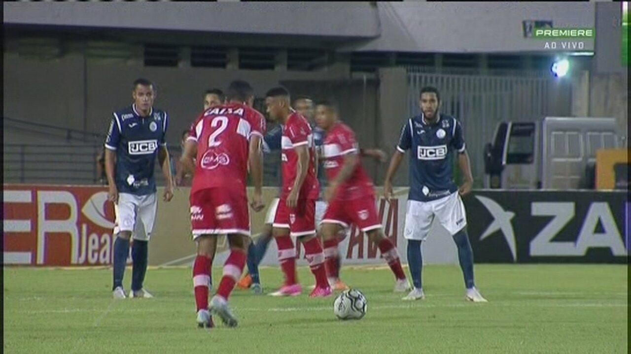 Diogo Mateus bate com estilo, para defesa de Rodrigo Viana, na partida contra o São Bento