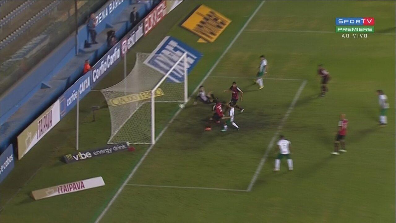 Daniel Borges tenta cortar o cruzamento e desvia contra em jogo diante do Guarani