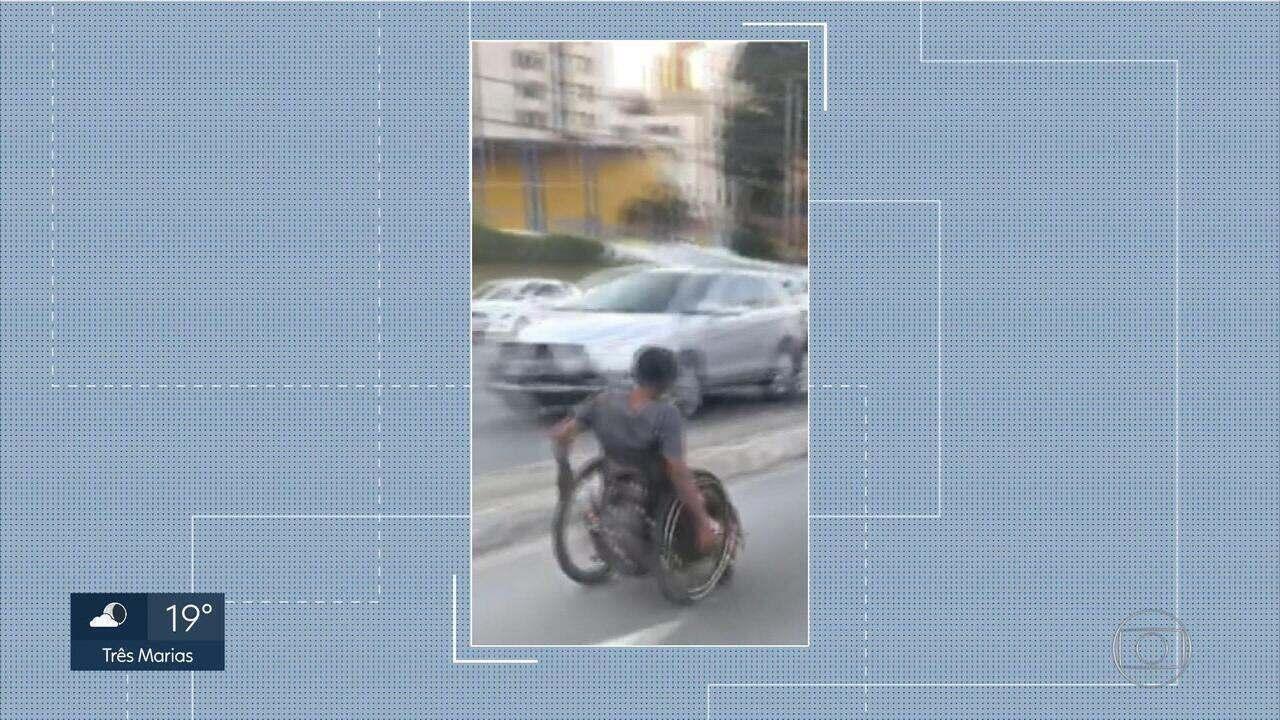 Cadeirante desce avenida de BH em faixa de trânsito
