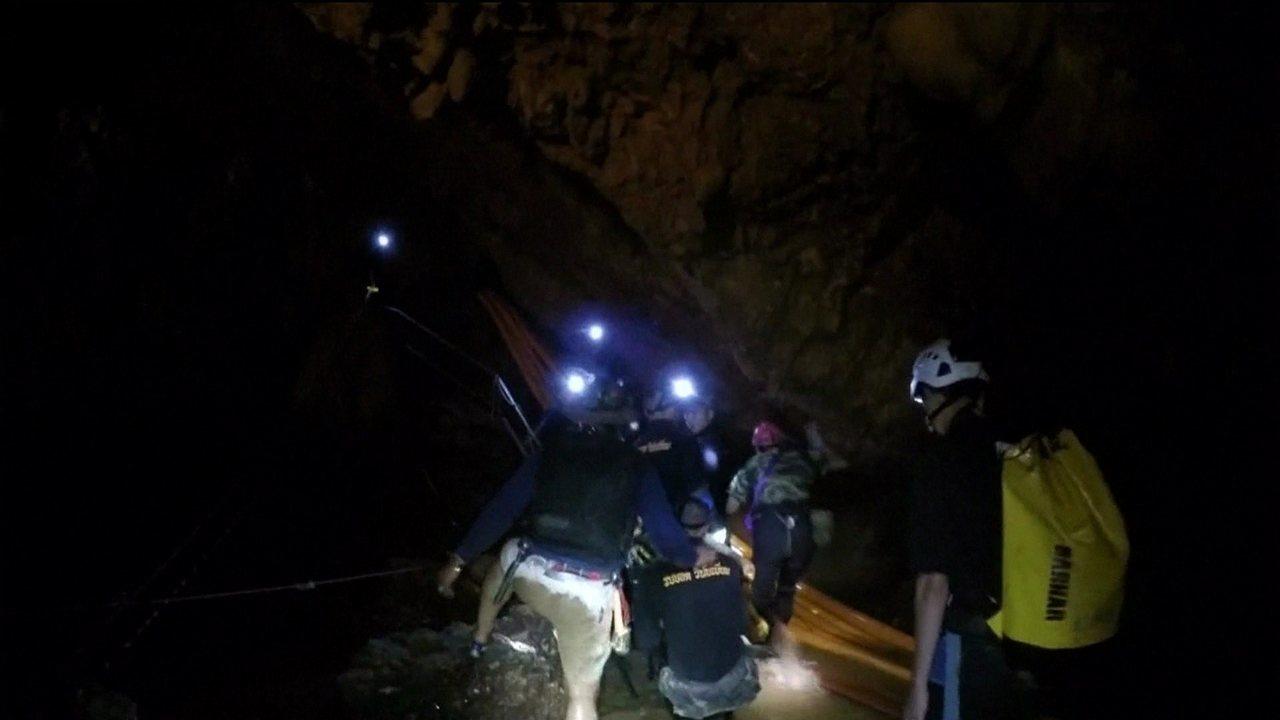 Começa resgate de meninos presos em caverna na Tailândia