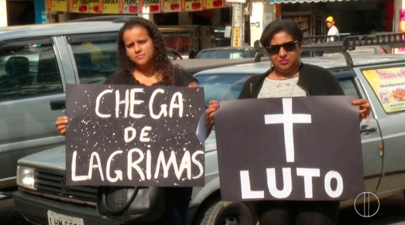 Familiares e amigos dos pais de bebês que morreram em hospital protestam em Petrópolis