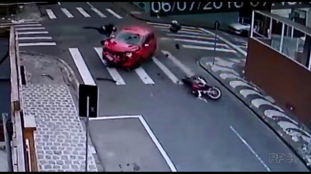 Motociclista que passou em cruzamento e foi atingida por carro diz que ficou sem freio