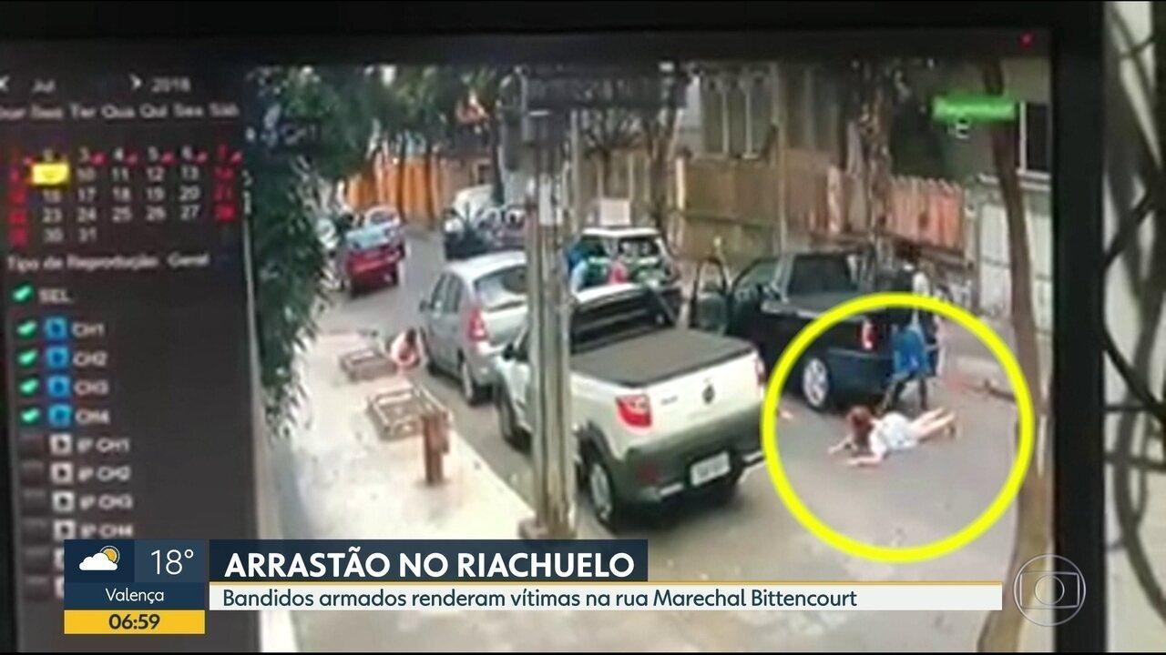 Bandidos fazem arrastão na Zona Norte do Rio, roubam pessoas e levam carro embora