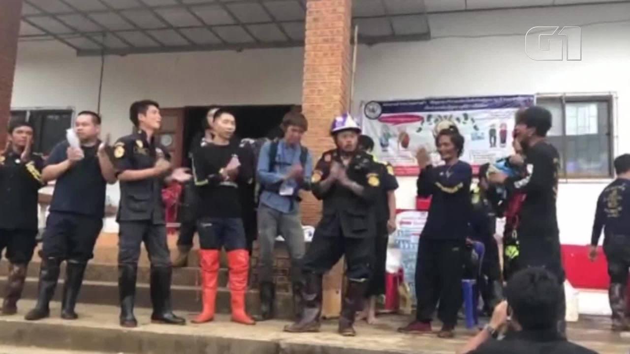 Voluntários celebram resgate de 12 jovens e treinador de caverna na Tailândia